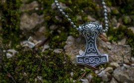 Quels outils divinatoires de voyance peut-on trouver dans une boutique ésotérique ?